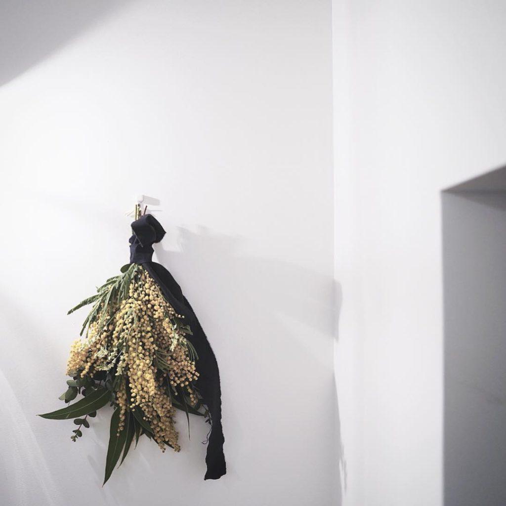 ミモザのスワッグ - 玄関の飾り方