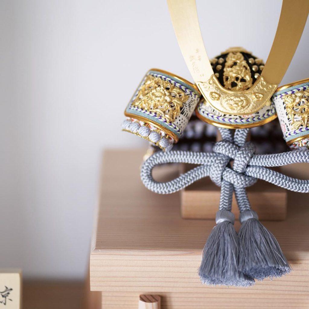 原孝洲 - 淡黒白糸縅の兜