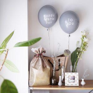 1歳誕生日 – 風船とお花でシンプルな飾り付け