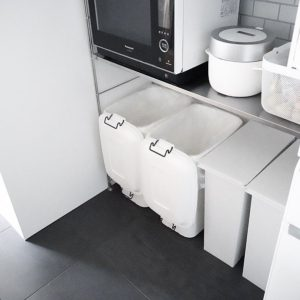 見た目も機能もシンプルなキッチンの分別ゴミ箱