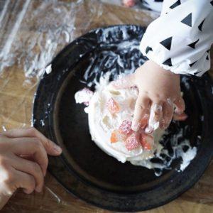 1歳誕生日 – スマッシュケーキは可愛いお食事エプロンで