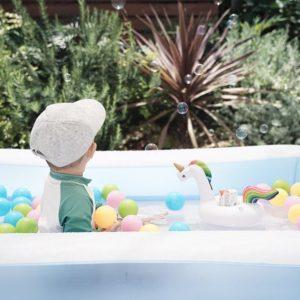 """夏の水遊びはおもちゃとシャボン玉で """"ゆめかわいい"""" おうちプール"""