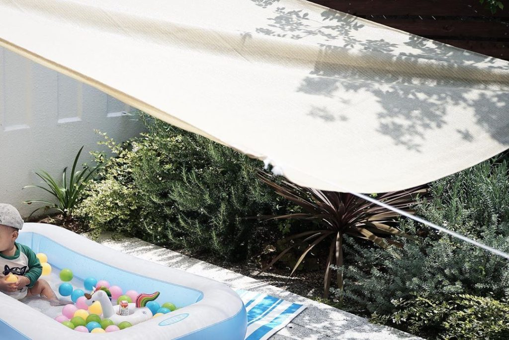 おうちプール - 庭にシェードをとりつけて日差し対策
