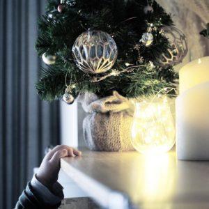 小さな子供がいても飾れる卓上ミニツリーとアドベントカレンダーでクリスマスディスプレイ
