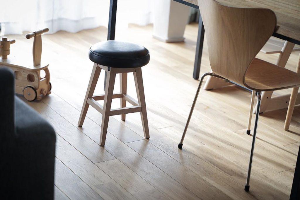sarasa design さんの b2c シンプルラウンドスツールは格好良くて座り心地も◎