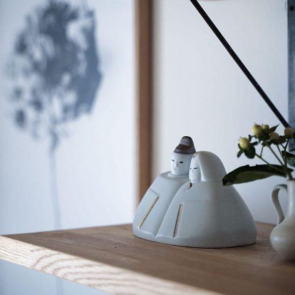シンプルでコンパクトな陶器の雛人形を飾りました