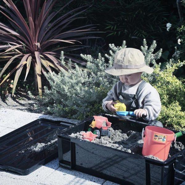 お庭で砂遊びをしたくて。コンテナボックスで簡単に作れる移動式砂場